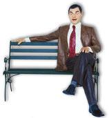 RÉPLICA DE MISTER BEAN SENTADO EN UN BANCO | Figuras de Mister Bean