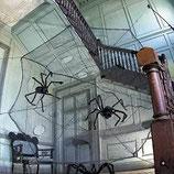Réplica de telaraña negra con arañas