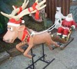 Réplica de santa claus montado en su trineo y tirado por un reno para decoración de navidad