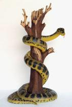 Réplica de serpiente anaconda en árbol