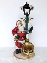 Figura de Papá Noel junto a farola de tamaño mediana para decoración de navidad