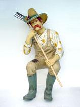 Figura de granjero con rastrillo sentado | Figuras de granjeros