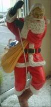 Réplica de papá noel bajando por una cuerda para decoración de navidad