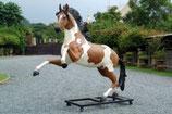 Réplica de caballo relinchando ideal para decorar parques temáticos