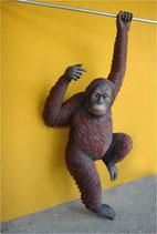 Réplica de orangután agarrado | réplicas de orangutanes