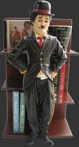 Réplica de Charles Chaplin apoyado en una estantería | Figuras de Charles Chaplin