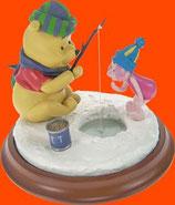 FIGURA DE WINNIE THE POOH PESCANDO EN EL HIELO | Figuras de Winnie the Pooh