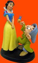 FIGURA DE BLANCANIEVES CON EL ENANITO MUDITO | Figuras Disney