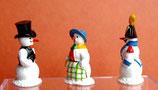 Schnee-Marketenderin mit zwei Schneemänner