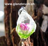 EINZELSTÜCK - Kleine Welt in der Form eines Bergkristalls mit Moos und einem mini Röseli in Kunstharz eingegossen - (Nr 198)