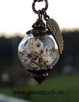 Staticenblüten in einer Glasperle - bronzefarben - 16 mm - mit Flügelanhänger