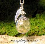 Wir haben den Sommer für euch eingefangen* Pusteblumenschirmchen in einer Glasperle mit einem Mondstein und Flügelchenanhänger, silberfarben, 1.8 cm