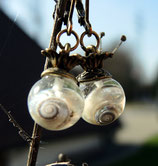 EINZELSTÜCK - Ohrringe Schneckenhäuschen in Kunstharz eingegossen mit Krönchen - bronzefarben