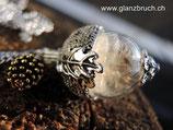 Pusteblumenschirmchen in Glasperle 18 mm, mit Eichenhütchenabdeckung in silberfarben und goldenem Tannenzäpfchen