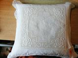 Kissenhülle 40 x 40, Baumwolle weiß mit Stickerei und Spitze