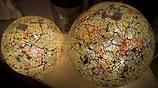 Glaskugel aus schwerem Mosaikglas mit bunten Glassplittern mit Lichterkette