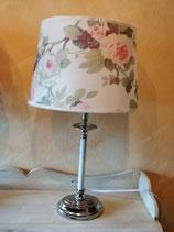 Fenster- oder Tischlampe - hier Schirm creme mit Blumen/Fuß silber/weiß