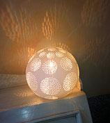 Kugellampe aus Bisquitporzellan (Durchmesser 15 cm)