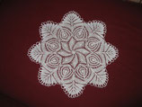 #1002 Verspieltes Deckchen in weiß, 32 cm
