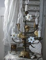 Antiker großer Altarleuchter mit Opalinblüten aus Frankreich