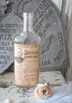 Dekorative Glasflasche mit altem Etikett aus Frankreich