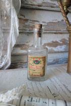Uralte kleine Glasflasche mit altem Papieretikett Frankreich