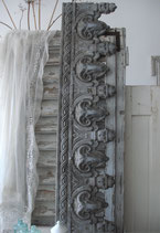 Traumhaftes altes graues Fensterfries Frankreich