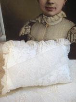 Süßes Boudoir Kissen aus französischer Spitze