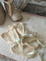 Shabby: Süße antike Babystrümpfe mit Schleife