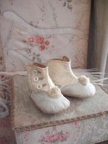 Süße antike Baby Knopfschuhe mit Bommel