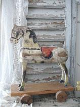 Shabby: Dekoratives altes Holzpferd auf Rädern
