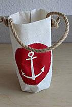 Flaschenhalter aus gebrauchtem Segeltuch mit Anker in rot