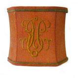 Abat jour rouge avec monogramme et galon dorés et coins coupés 18x20x16.5 cm