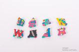 Buchstaben-Broschen aus Holz