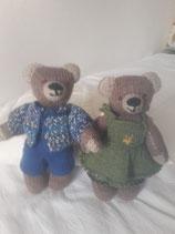 Kleine Teddy Fr. 30.--/20cm hoch. Der mittlere Teddy Fr.40.--/33cm hoch.