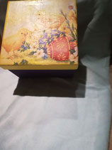 Schachtel mit Kücken und Ostereier