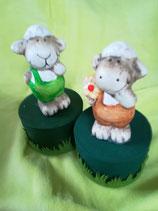 Schaf mit Latzhose