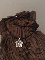 Schöne, hübsche Blume an Lederband mit Magnetverschluss