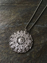 Medallion mit Blumen und Herzen