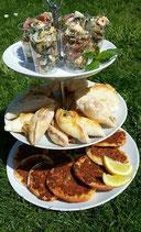 Lahmacun und Fetateigtaschen mit frischen Kräutern