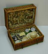 Te koop: picknick mand  (picnic basket), 4-persoons, uit midden vorige eeuw.
