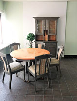 Runder Tisch mit 5 Stühlen - passend zum Geschirrschrank