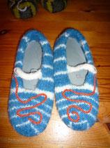 gefilzte Hausschuhe blau/weiß