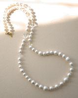 水晶とホワイトのコットンパールのロングネックレス