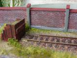 Mauerform, Ziegelmauer mit Dachziegel