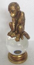 Affe auf Kristallglaskugel