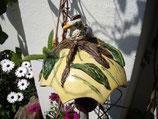 Pilz mit Vogel am Baum