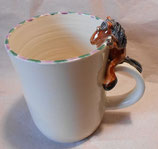 Tasse mit Henkelhocker Pferd