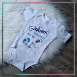 """Bestickter Babybody mit """"NAME & Geburtsdaten"""" - Design:  Schnuller & Füßchen (Junge)"""