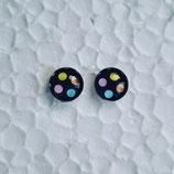 8 mm Edelstahl Ohrstecker randlos bunte Punkte auf schwarzem Hintergrund